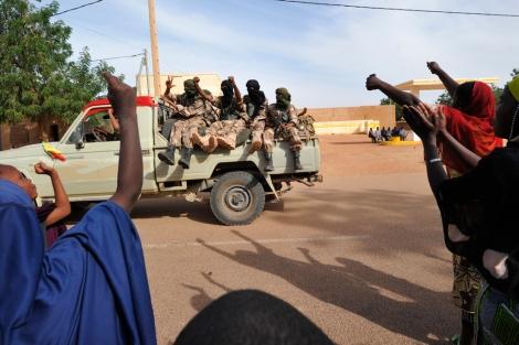 Aclamados los soldados de Mali tras recuperar la ciudad maliense de Gao. | Afp