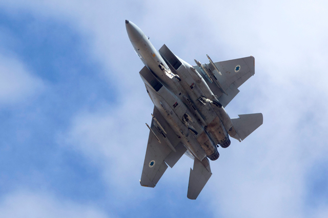 Un caza F-15 israelí maniobrando para aterrizar, en una base de Israel. | Efe