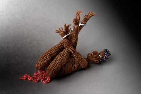 'El día después de la violación'. | © Joyce J. Scott, Darfur, 2008.