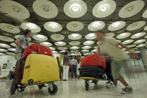 Viajeros en el aeropuerto de Barajas. | Gonzalo Arroyo