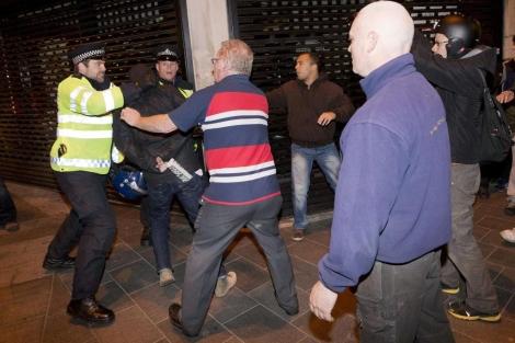Enfrentamientos entre la policía y los ultras esta noche en Woolwich.   Afp