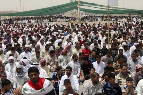 Miles de manifestantes suníes protestan contra las políticas sectarias del primer ministro. | Efe