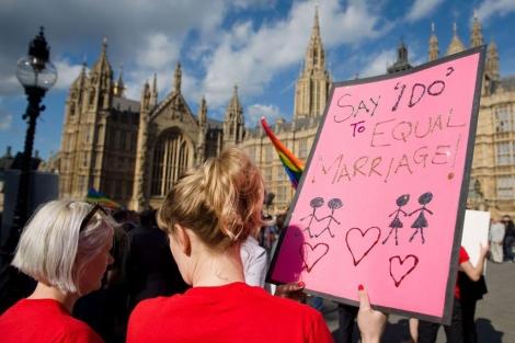 Dos defensoras del matrimonio homosexual frente al Parlamento británico.| Afp