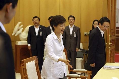 La presidenta, Park Geun-hye, en la reunión para preparar el encuentro fallido con el norte.   Efe