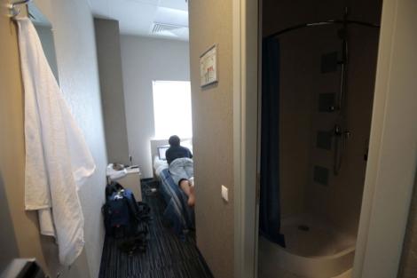 Un periodista en una habitación-cápsula del aeropuerto de Sheremetyevo. | Reuters