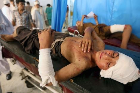 Uno de los niños heridos en el ataque es trasladado a un hospital de Peshawar. | Reuters