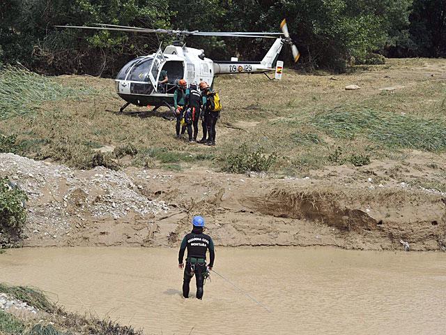 Agentes de la Guardia Civil durante la búsqueda de un hombre arrastrado por la corriente. | Efe