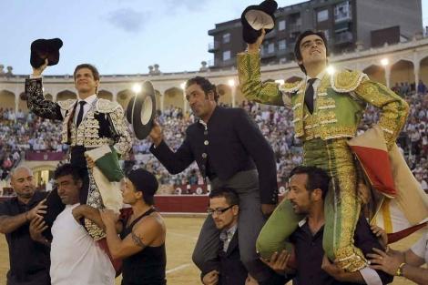 El Juli, el mayoral de Daniel Ruiz y Perera, a hombros. | Efe