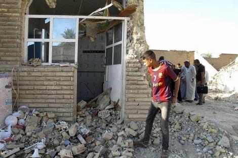 Un joven inspecciona una mezquita destruida por un atentado en Bagdad. | Reuters