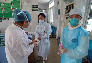 Tres enfermeras con mascarillas en un hospital de Sichuan. (Foto: Wu Hong | EFE)