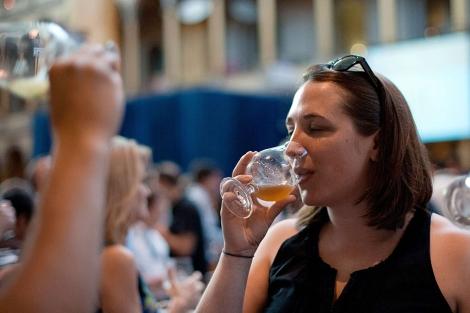 Una mujer bebiendo una cerveza en Washington DC.   Afp