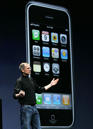 Steve Jobs, junto al iPhone. (Foto: AP)
