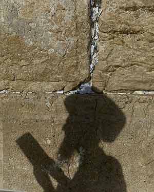 Un jud�o ortodoxo reza frente al Muro de las Lamentaciones en Jerusalén. (Foto: AP)