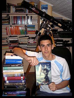 Héctor, con un ejemplar de su libro 'El Enigma de los Tres Magos'.