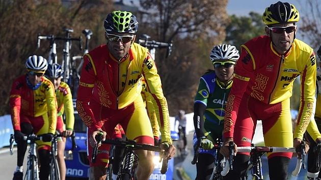 Valverde se entrena con el resto del equipo nacional. Foto: AFP