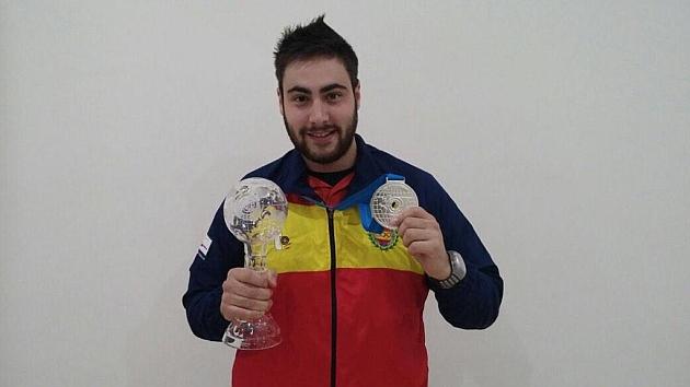 Pablo Carrera posa con la medalla de Plata conseguida. Foto: @tirolimpicoRFE