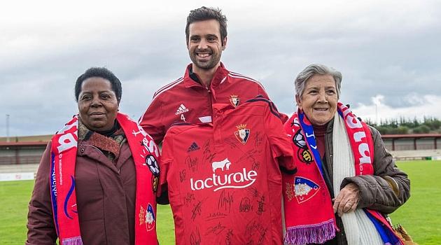 Miguel Flaño junto a las aficionadas Juliana Bonoha y Maria Jesus Gurucharri, que recibieron una camiseta de Osasuna firmada por todos los jugadores / Daniel Fernández (Marca)