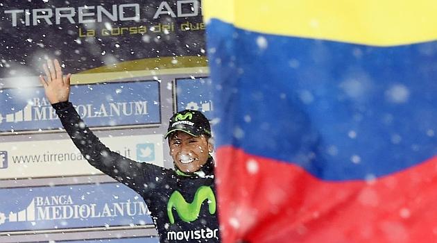 Nairo Quintana celebra en el podio su victoria y su liderato.