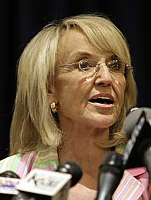 La gobernadora de Arizona, Jan Brewer. | AP