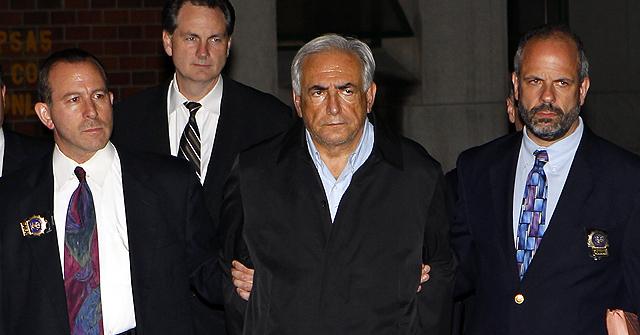 Dominique Strauss, esposado es trasladado desde una comisaría. | Afp
