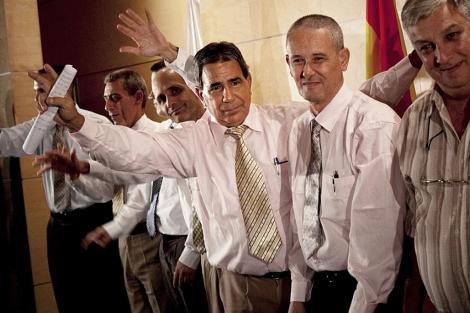 Grupo de exiliados políticos cubanos que llegó a Barajas hace un año. | AP