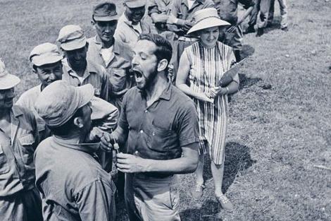 El doctor John Cutler haciendo experimentos con marines. | Carl Mydans | Foto de archivo