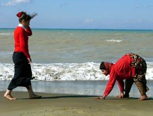 Uno de los humanos cuadrúpedos 'pasea' por una playa. (Foto: BBC)