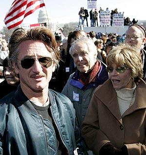 Sean Penn y Jane Fonda, junto a otros participantes en las protestas. (Foto: EFE)