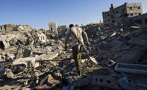 Un militante de Hamas camina por las ruinas de la comisaria | AP