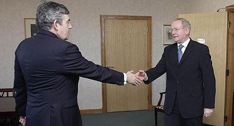 Brown y McGuinness se saludan. Público/AP