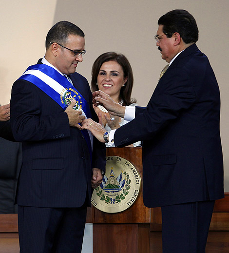 Mauricio Funes, tras recibir la banda presidencial de manos del presidente del Congreso, Ciro Cruz Cepeda. | AP