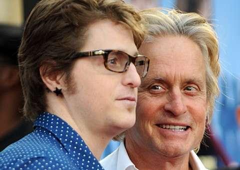 Michael Douglas y su hijo Cameron, en 2003. | AFP