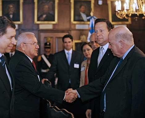 El presidente hondureño, Roberto Micheletti, saluda al secretario general de la Organizacion de Estados Americanos (OEA), José Miguel Insulza. | Efe