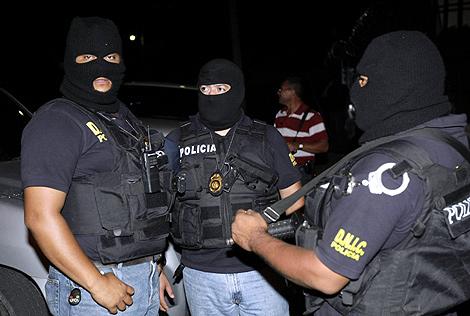 Policías hondureños custodian la embajada de Brasil. | Reuters