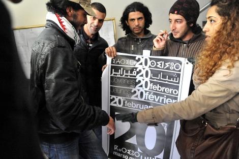 Miembros de la asociación 20 de Febrero preparan la marcha del domingo. | Afp