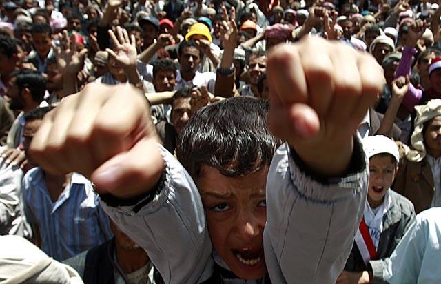 Un niño, en la masiva manifestación de Saná. | Reuters