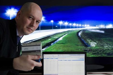 Javier Torre con uno de los dispositivos para medir el consumo eléctrico. | Mitxi