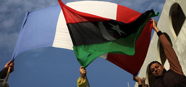 Manifestación en Bengasi a favor de la intervención internacional, con banderas libias y una francesa. | AFP
