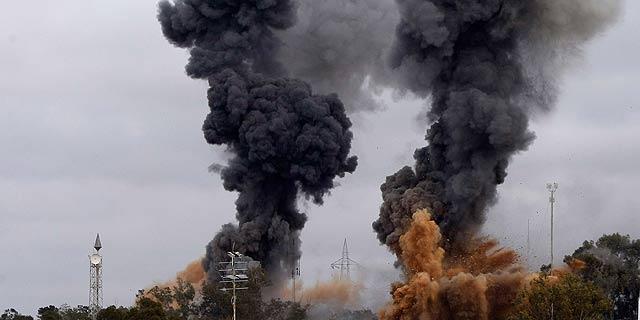 Columnas de humo tras los bombardeos en la ciudad de Tajoura. | Ap