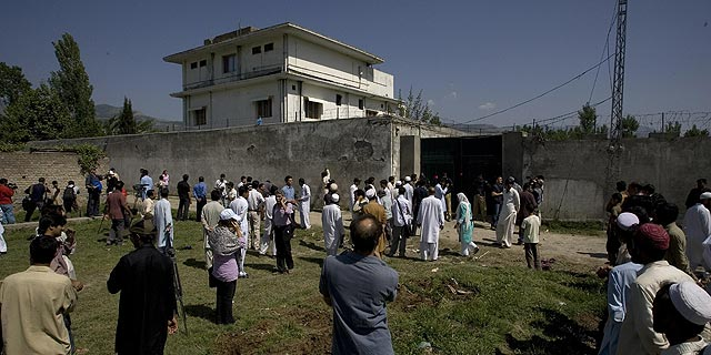 Residentes y curiosos se reúnen junto a la mansión donde residió Bin Laden. | Ap