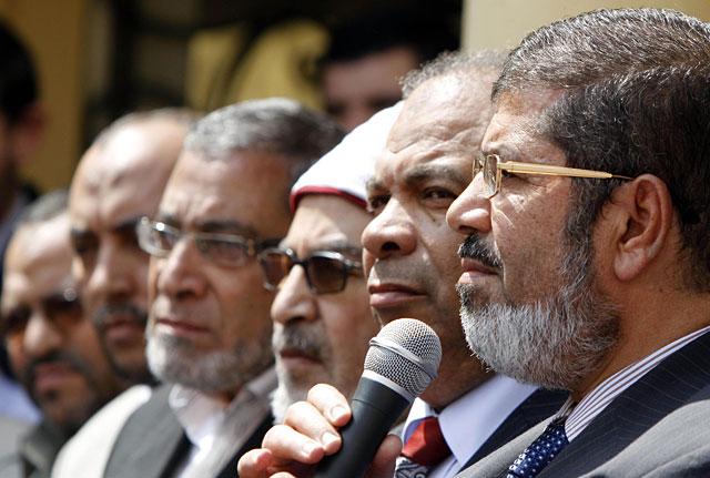 El líder de Libertad y Justicia, Mohamed Mursi, con otros miembros del partido de los Hermanos Musulmanes.   Reuters