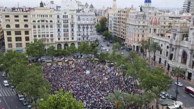 Algunos de los manifestantes en la plaza del Ayuntamiento | Benito Pajares