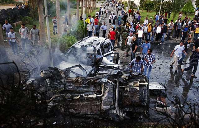 Restos del atentado que ha tenido lugar en Bengasi, la capital de los rebeldes libios. | Afp
