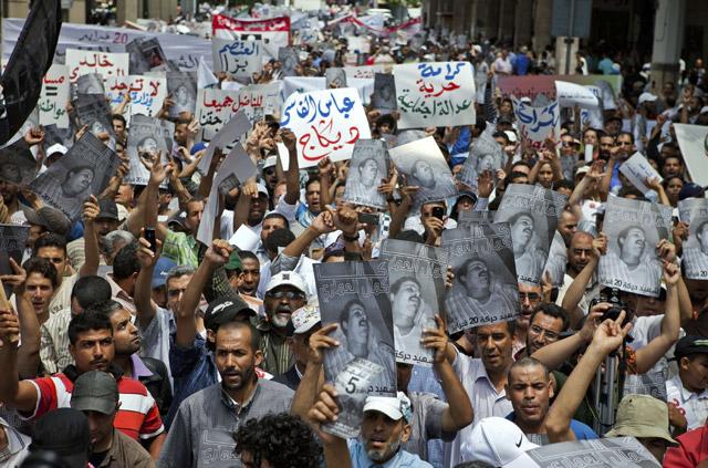 Miles de manifestantes portan fotografías del fallecido en Safi. | Efe
