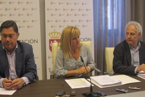 El diputado de Cultura, Marcos Martínez, la presidenta de la Diputación, Isabel Carrasco, y el director del ILC, Jesús de Celis.