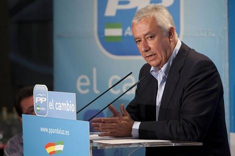 El presidente del PP-A, Javier Arenas, durante su intervención en el comité regional.   Madero Cubero