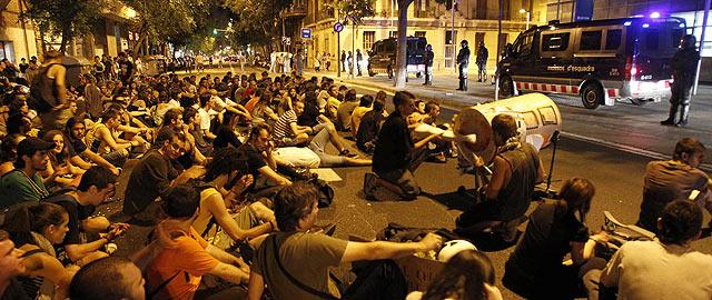 Varias decenas de jóvenes concentrados ante la comisaría de Les Corts, donde están los detenidos.   Efe