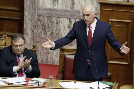 El ministro de Finanzas aplaude la intervención de Papandreú en el Parlamento. | Reuters