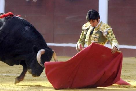 El diestro Cayetano Rivera durante la tercera de la Feria de León. | Efe