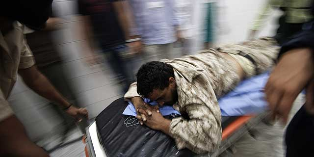 Un rebelde libio herido en la ofensiva es trasladado al hospital. | Afp